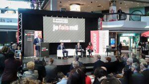 Des élus, représentants de projets innovants et autres intervenants sont sur la scène et font hommage à Je fais Montréal