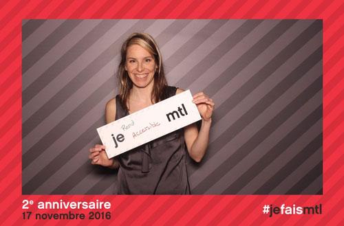 Catherine Blanchette-Dallaire fait la pose pour l'occasion avec un carton indiquant « Je rend accessible Montréal »